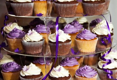 Hochzeitstorte: Cupcakes in Weiß/Lila  Candybar and Cupcakes ...