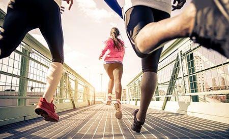 HIIT – Bestes Training für weniger Fett und mehr Muskeln. Das HIIT besteht aus Intervallen kurzer aber intensiver Übungen, die von weniger intensiven Übungseinheiten oder Trainingspausen unterbrochen werden. (Zentrum der Gesundheit) © oneinchpunch - Fotolia.com #sport #hiit #training #fett #fettverbrennung #muskeln
