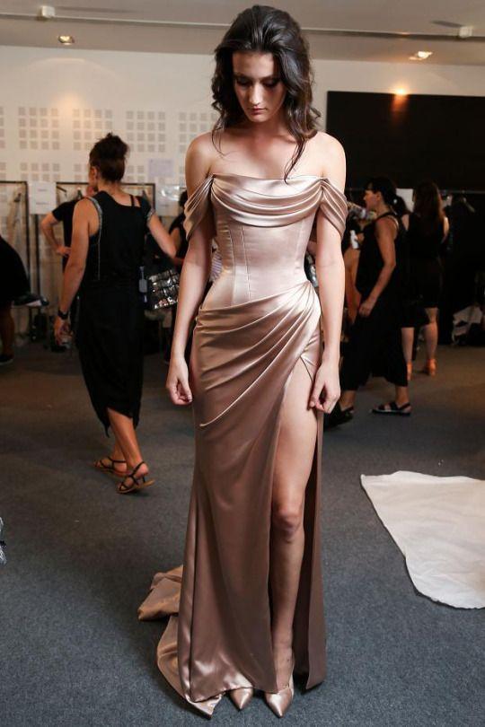 vestido nude cetim longo, acinturado ombro a ombro com fenda lateral