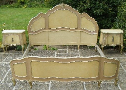 a47 - A nice painted and gilded Venetian Italian Antique bed with wing head and footboard and pretty carvings, circa 1930