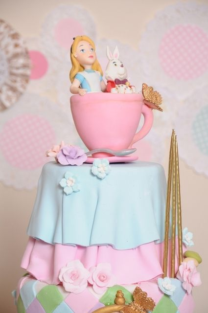 Gorgeous Alice in Wonderland cake!: