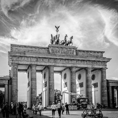 Das Brandenburger Tor Jetzt Von Vorne Berlin Tagsberlin Daily Pictures Landmarks Berlin