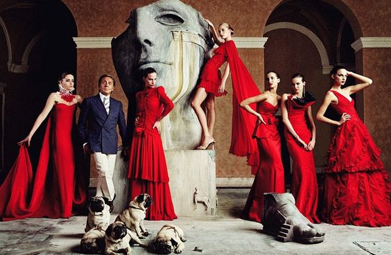 This image represent the somewhat conservative and extremely feminine touch of Valentino Garavani