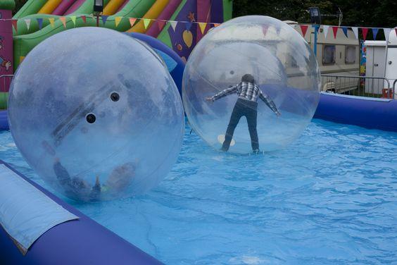 La diversión no es solo para los adultos, los niños también se divierten mucho.