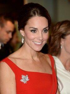 canada robe rouge de Kate accessoirisée d'une broche en diamants