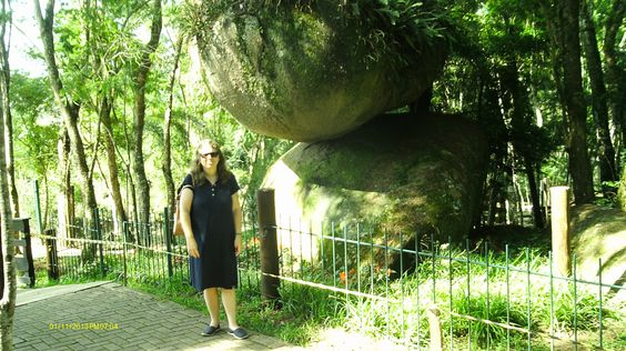 Como essa pedra não cai?