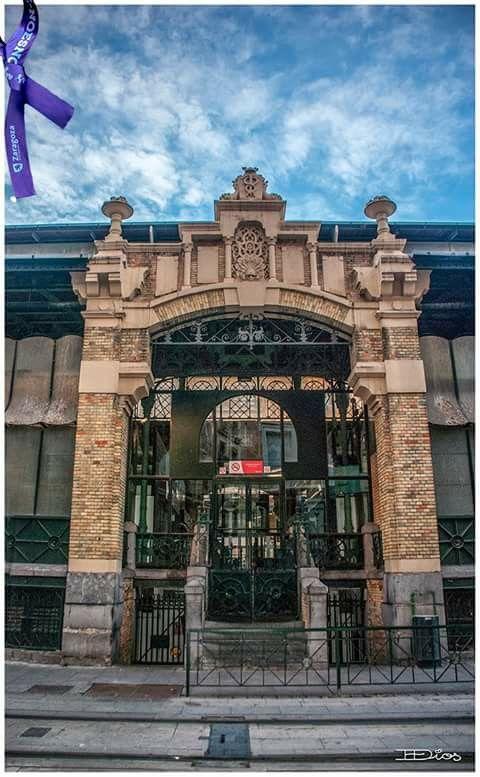 Puerta lateral del Mercado de Zaragoza España.