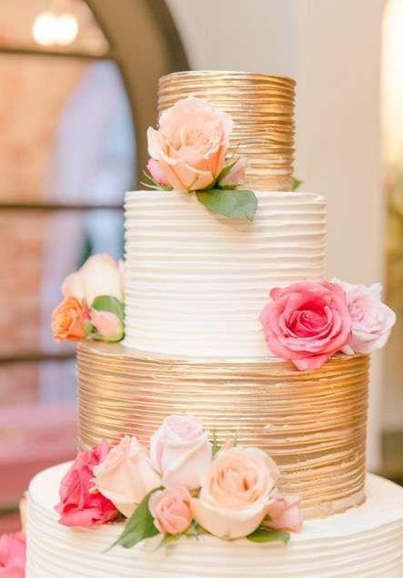 Tarta de boda golden con crema dorada pastel de quince