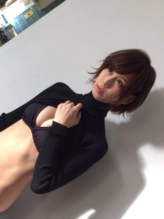黒いビキニを着て撮影をしているセクシーな大家志津香の画像