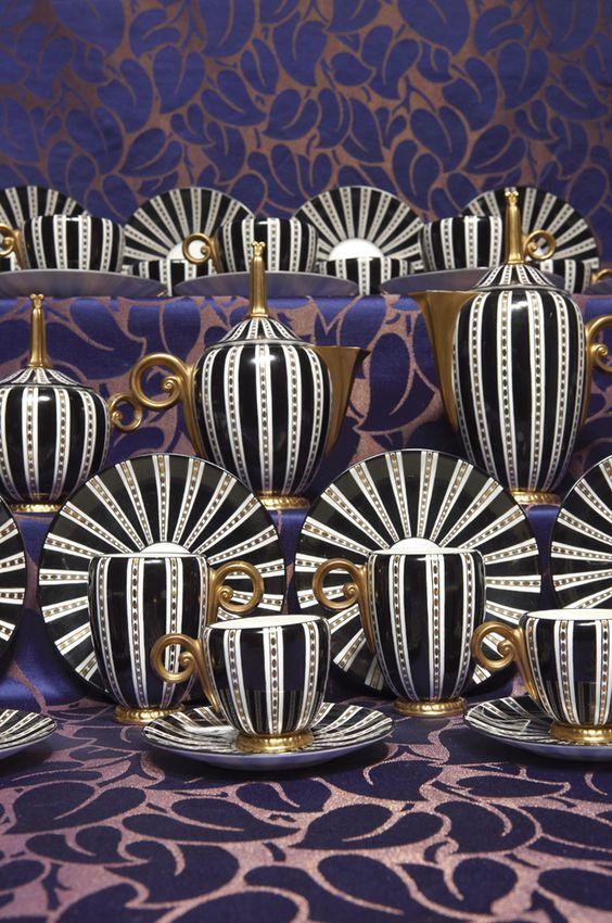 ¤ Paul Follot (1877-1941) pour Wedgwood, service Campanula à thé et à café en porcelaine, comprenant une théière, une cafetière, un pot à lait, un sucrier, seize tasses et leurs soucoupes.