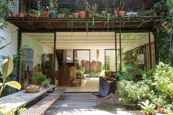 Una casa decorada con hierro y madera  El paisajismo, de especies autóctonas…