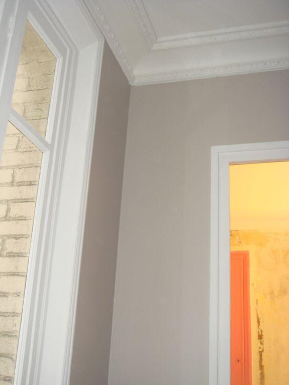 Je ne peux pas montrer la pièce entière car au milieu règne un joyeux désordre...mais bientôt vous verrez ! Pour le moment, voici les murs gris, la fenêtre blanche ainsi que les encadrements d es portes.