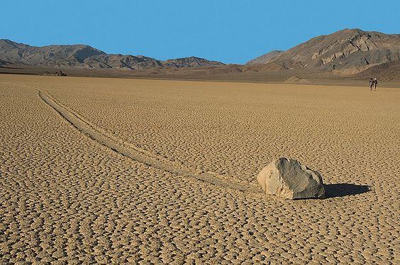 Rocas que se mueven solas, Valle de la Muerte, California.