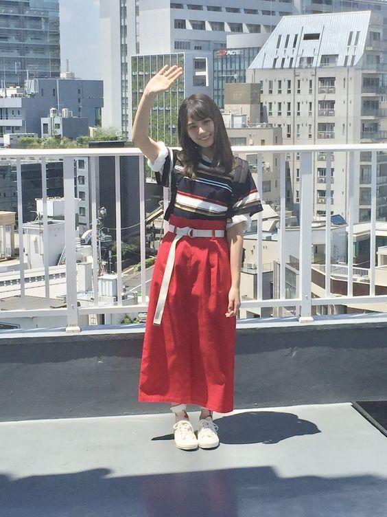赤ロングスカートの小坂菜緒