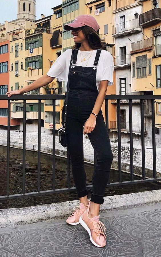 Look básico: como deixá-lo mais interessante. Boné reosa, t-shirt branca, jardineira preta, tênis rosa