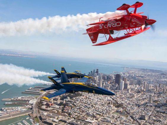 Die US Navy Blue Angels 5 und 6 sowie Kunstflieger Sean Tucker im Oracle Challenger III über der kalifornischen Stadt San Francisco.