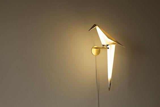 El diseño trabaja muchísimo a partir de la forma y características de las aves. Este es un bello ejemplo. -Gracias a Lina Mondragón por mostrármelo.- Perched Bird Lamp – Fubiz™