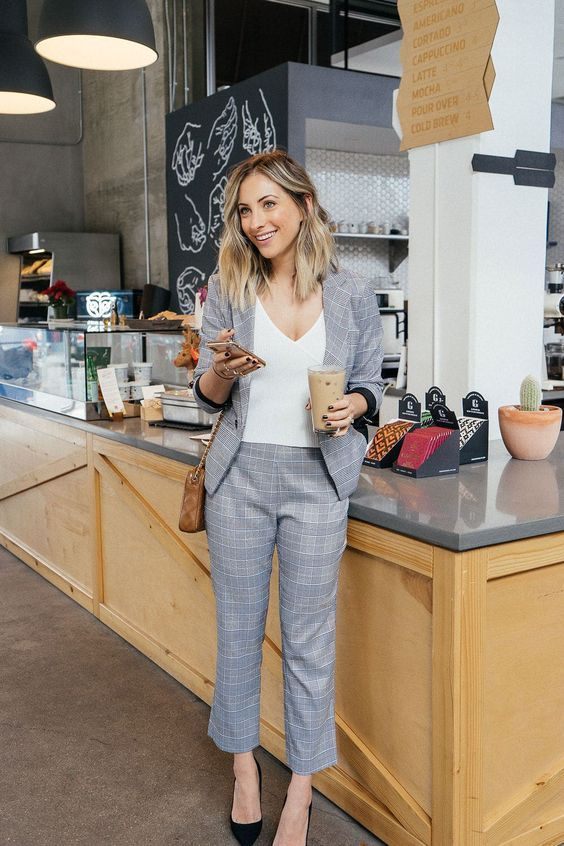 mujer sonriendo tomando café