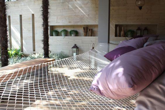 #olhomágicocj @biafmera @eduardomera  Nosso primeiro post é para começar o dia bem à vontade: uma grande rede para a família se jogar em meio ao verde para relaxar. Ao fundo, usamos parede de limestone tigrado com rasgos de luz e nichos para vasos neste projeto. Gostou? Conta pra gente! #mera #meraarquiteturapaisagistica #arquitetura #paisagismo #casaejardim #architecture #landscape #decor #home #relax #brasil #brazilianarchitecture #nature #rede #green #sustentabilidade #sustainability…
