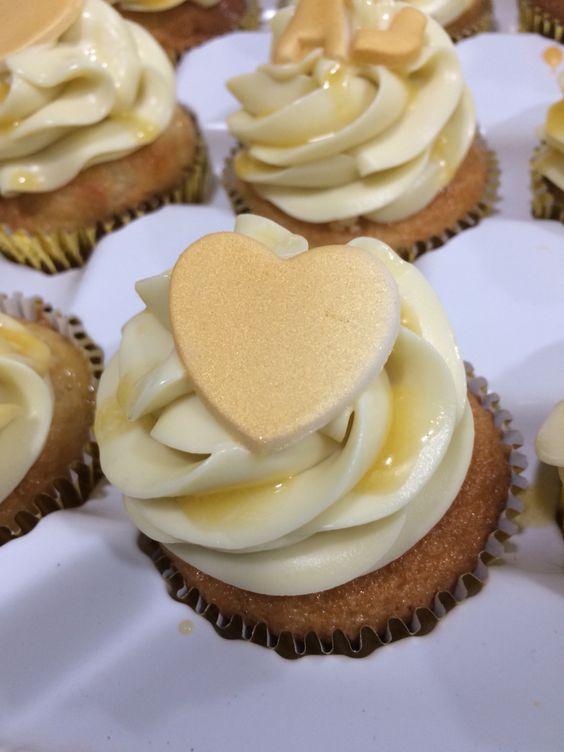 Cupcake com massa de baunilha, brigadeiro de maracujá e ganache de chocolate branco. Detalhe em Pasta americana.