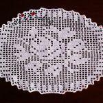 Naperon/caminho de mesa, em crochet, com motivo central de flores