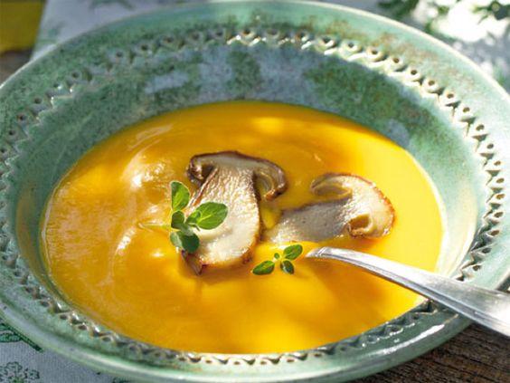 Rezepte für Kürbissuppe: Kürbiscremesuppe mit gebratenen Steinpilzen