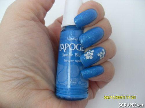 https://flic.kr/p/aBzqip   Azul mais lindo!!!   Todas já sabe que sou apaixona por azul!!! Amei esse flocado em cima!!  Usei: 2x Sonho Blue (L'apogée) 1x Valsa (Hits Flocado) adesivos no anelar e dedão de florzinhas 1x Extra Brilho Ideal