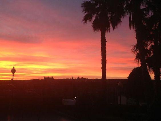 A estas horas la luz del amanecer se refleja en la fachada del Hotel Beatriz Toledo Auditorium & SPA **** y la silueta de #Toledo en un marco rojo se ve en el horizonte.