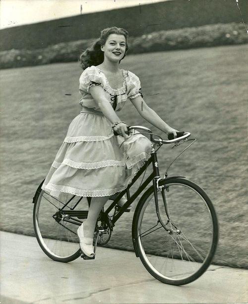 Faye Marlowe anda de bicicleta.