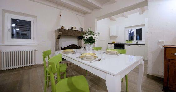 Sapiente ristrutturazione di una vecchia casa al centro della borgata. La valorizzazione dei particolari tipici è esaltata dall'armonica fusione con elementi moderni.