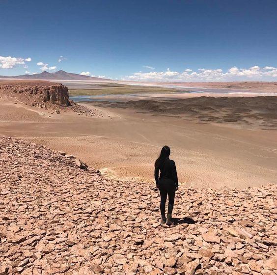 O deserto de Atacama está localizado na região norte do Chile e possui cerca de 1000 km de extensão sendo considerado o deserto mais alto e mais árido do mundo. O @arrumandoamala visitou o Salar de Tara o ponto turístico mais distante de San Pedro cerca de 140 km mas infelizmente nem todas as agências oferecem o tour até lá. Por isso se estiver na sua lista se programe bem pra curtir o melhor desse lugar incrível. Saiba mais sobre o Atacama e outros destinos no  http://ift.tt/1EbJ8ay  #blogmochilando #chile #atacama #deserto #salardetara #aventura #amigos #americadosul: