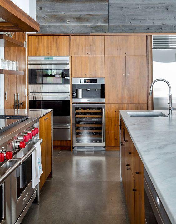 Aménagement placards en bois d'une cuisine conviviale pour une maison rustique secondaire