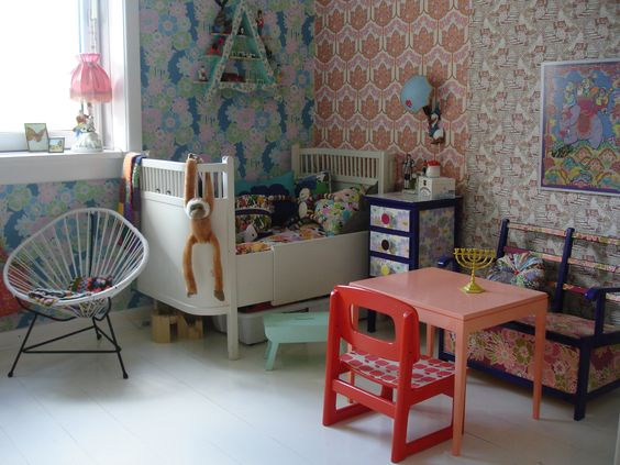 Danish kids-room with retro-wallpaper. I could die.