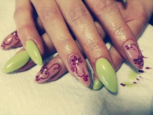 Nail art mandorla verde chiaro con anulare e indice rosa naturale e fiori fuxia