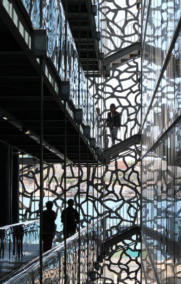 Vue d'une passerelle périphérique entre les galleries et les bureaux du MuCEM, Marseille - Architecte : Rudy Ricciotti - Photo : Vincent Laganier