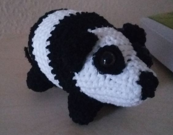 Ein gehäkelter Pandabär mit fast 10 cm Größe
