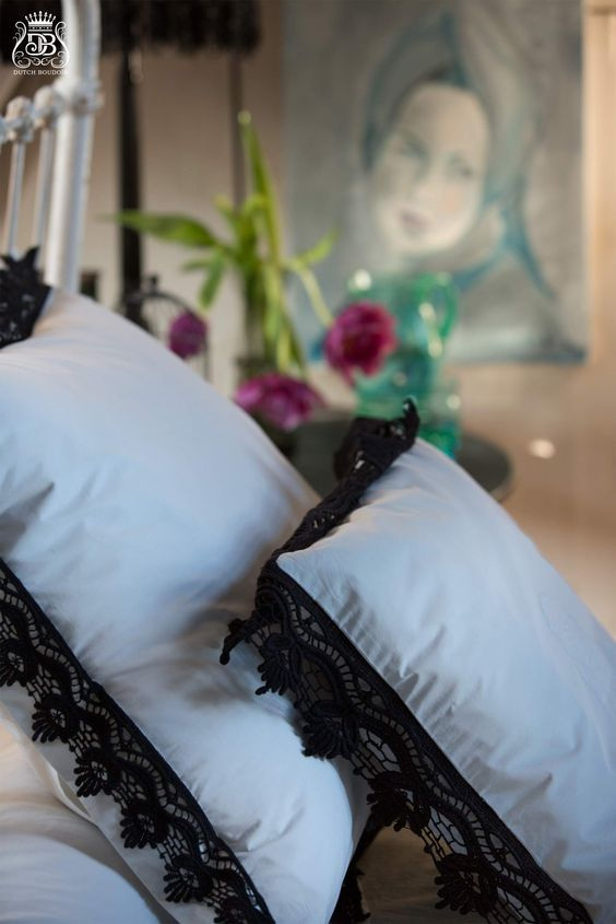 "kussensloop ""Belle Jardinière"" met zwart kant 