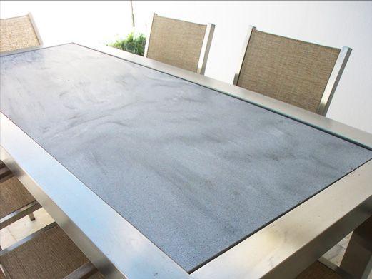 mesa fabricada en acero inoxidable acabado mate con