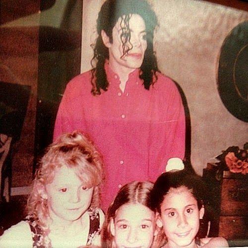 Cartas a Michael: Nikki WebsterEn la imagen de arriba, el ventilador Nikki Webster con Michael Jackson después de cantar un dueto en Heal the World durante el tour HIStory . Michael le regaló una de sus chaquetas.