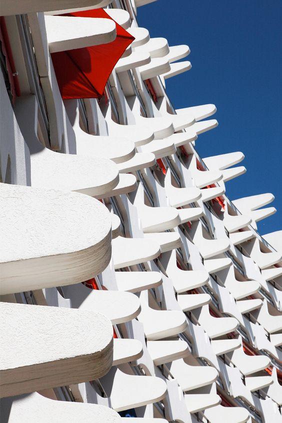 Dans les années 1960, l'architecte Jean Balladur invente le tourisme balnéaire des classes moyennes. La Grande-Motte, sa création, a fait scandale. Il est grand temps de redécouvrir la beauté de cette cité et la douceur d'y vivre – le temps des vacances. © Vincent Mercier