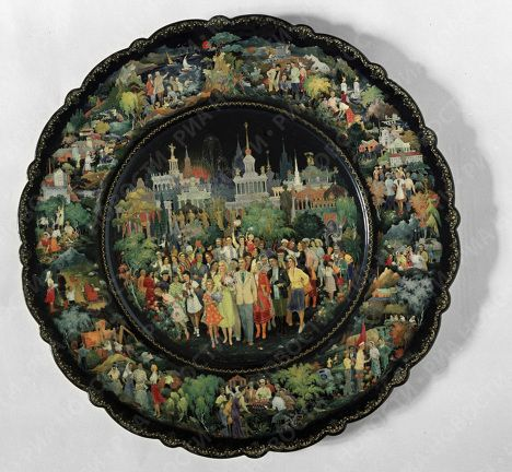 Palekh artists have always painted a variety of items including brooches, barrels, jars, trunks, cases, boxes, notepads, paper cutters, cigarette cases, tobacco boxes, cigar cases, powder boxes, eye glass cases, glove cases, Easter eggs and jewelry boxes. Photo: A Palekh dish painted by Alexander Kovalyov.