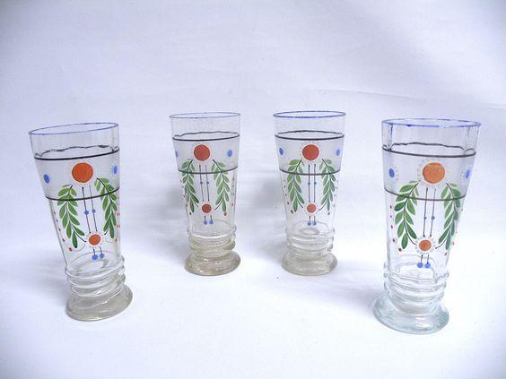 4 x BEIDERMEIER GLÄSER um 1850 Bemalt Gebrauchter Originalzustand. Ein Glas ist am rand oben leicht bestoßen. Höhe der Gläser 15,5 cm  $90.00