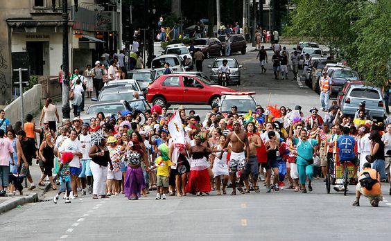 27/jan/2013 - BRASIL - SÃO PAULO - Foliões do Bloco do Redondo na capital paulista. By FSP.