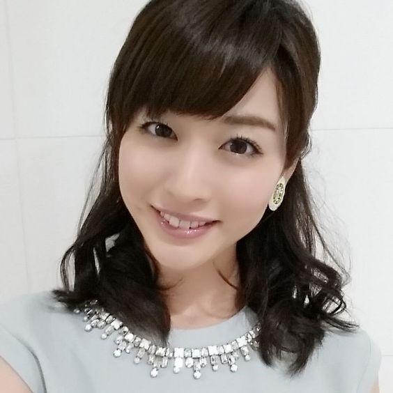 薄い青のトップスに大人っぽいアクセサリー姿の新井恵理那