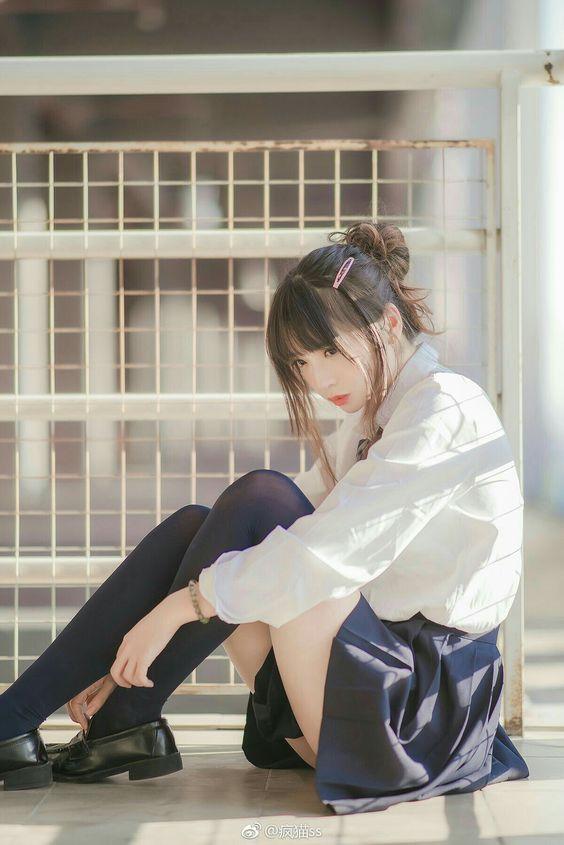 制服美少女坐在地板發呆》Cute Girl Pretty Girls 漂亮、可愛、無敵》青春就是無敵》