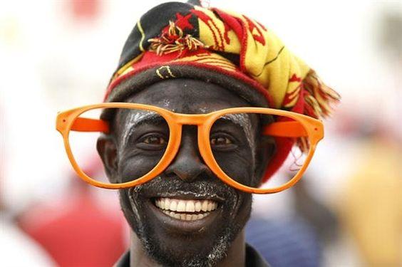 Angolano sorridente com óculos gigantes.