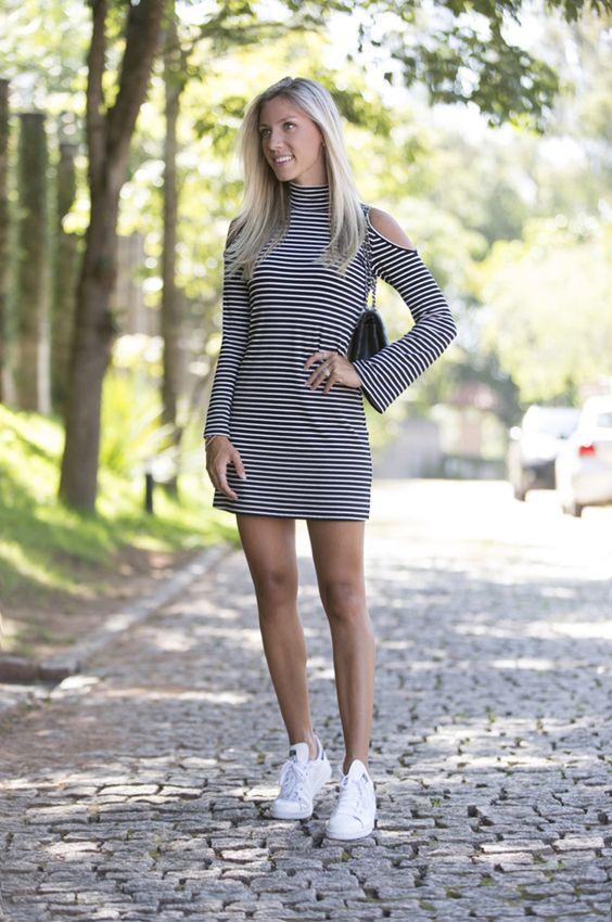 Nati Vozza do Blog de Moda Glam4You usa look com vestido listrado e tênis branco.