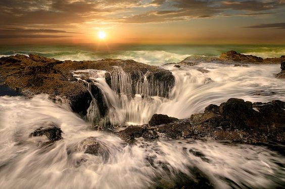 Deze 5 onbekende natuurwonderen mogen niet opbreken op je travel bucket list! Thor's well, The Wave, Marble Canyon, Ta Prohm en Eternal Flame Falls.