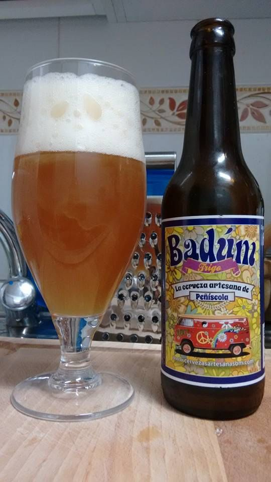Badúm Trigo. Color ámbar anaranjado, con espuma blanca y burbuja grande propia de las cervezas de trigo. Compleja en nariz, con aromas de plátano y clavo de olor. Debe beberse joven, fresca y dulzona en paladar, muy agradable.
