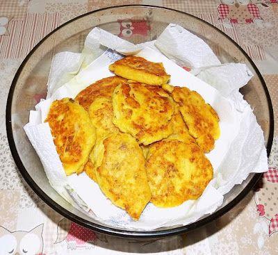 Le mani in pastaIngredienti e dosi per quattro persone:  1 piccolo cavolfiore 2 uova 3 cucchiai parmigiano grattugiato sale e pepe q.b. 3 cucchiai di farina 0  Preparazione:  Pulire e lessare il cavolfiore in poca acqua leggermente salata. In un recipiente sbattere le uova con il formaggio, il pepe e la farina; aggiungere il cavolfiore ben scolato e schiacciato con una forchetta. Amalgamare bene, aggiustare di sale e friggere a cucchiaiate in padella con olio caldo.